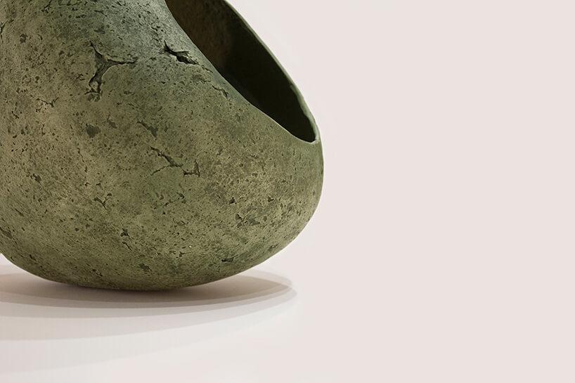 zielona bulwiasta lampa leżąca na podłodze