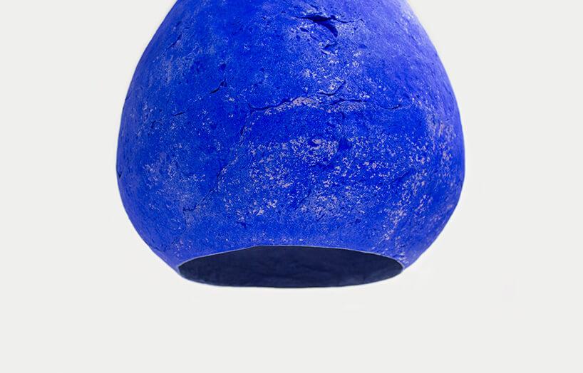 niebieska bulwiasta lampa wisząca