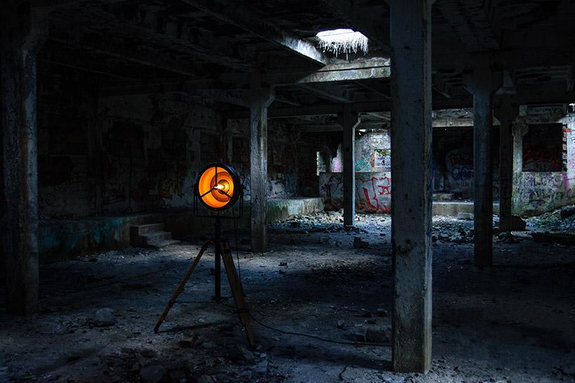 wyjątkowa lampa stojąca wopuszczonym budynku