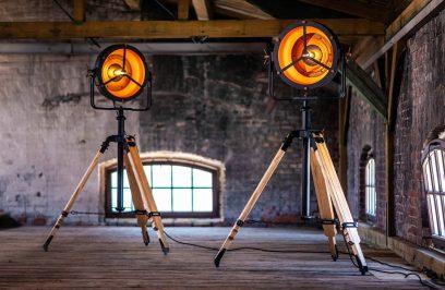 dwie lampy stojące na poddaszu