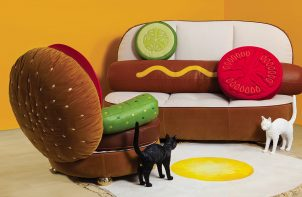 lampy koty obok mebli na podobieństwo hamburgera i hot-doga