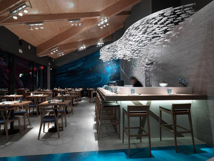 wnętrze baru ze ścianą zmałych rybek
