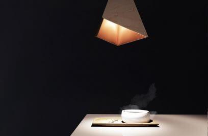 świecąca lampa nad drewnianym stołem