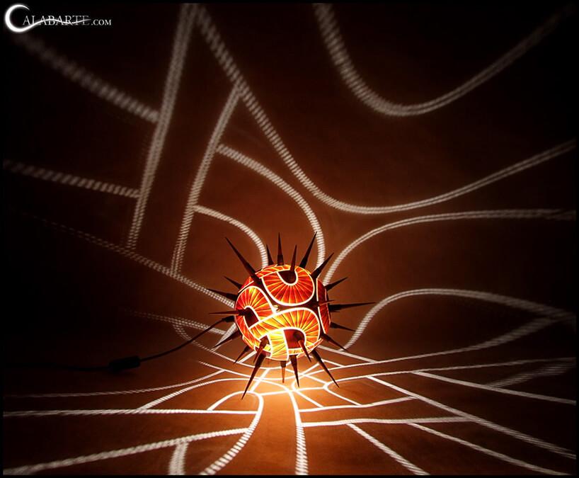 świecąca lampa zkolcami