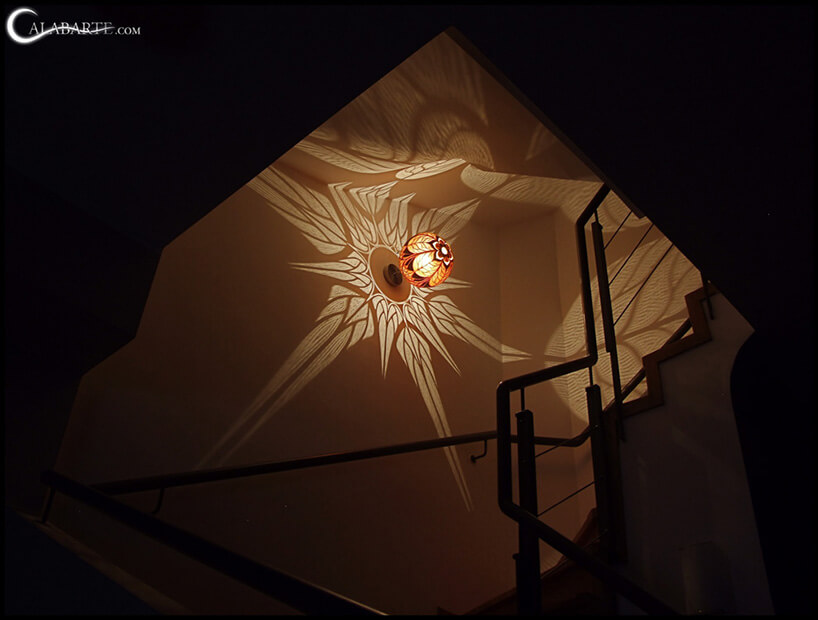 świecąca kulista lampa