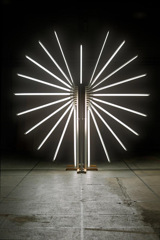 wyjątkowa lampa zwieloma paneli świetlnymi