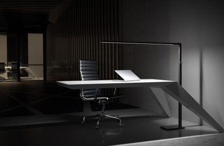 nowoczesne biurko oświetlone nietypowa lampą