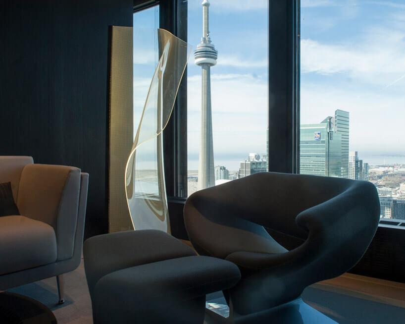 wnętrze znietypowym fotele ilampą zwygiętego panelu