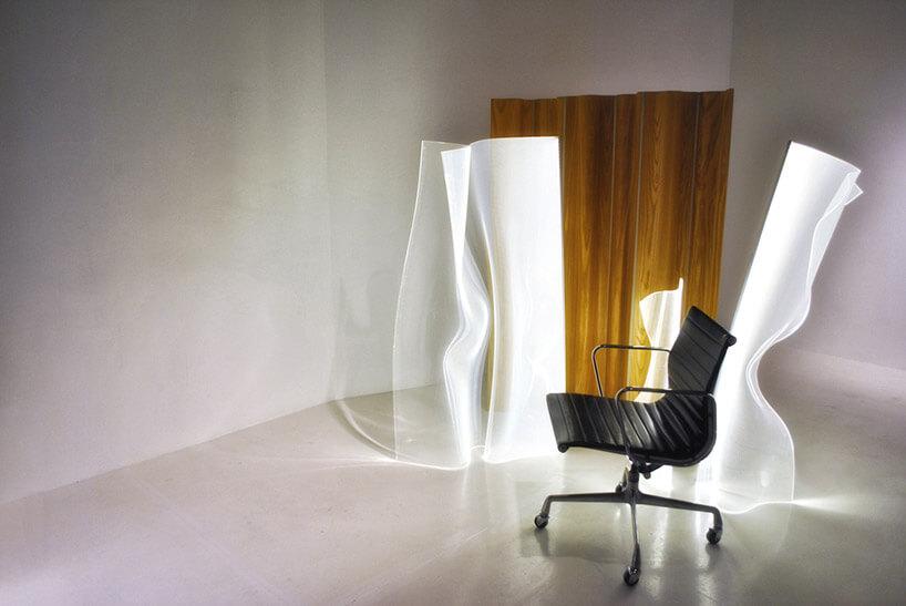 lampy zwygiętych paneli za fotelem biurowym