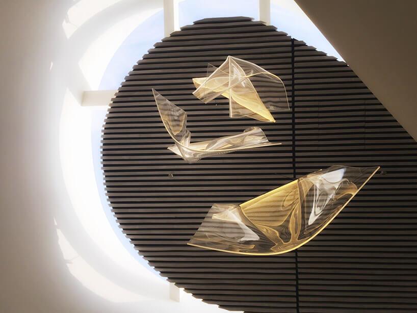 lampy zwygiętych paneli widziane od dołu