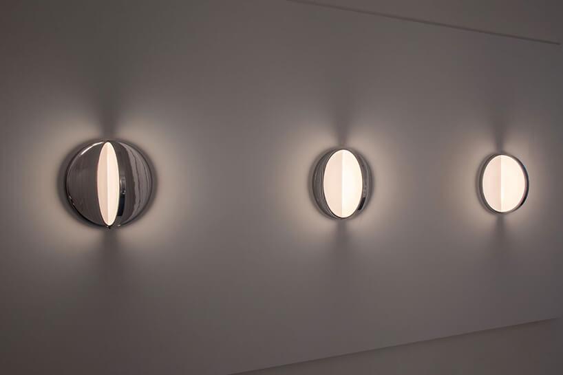 świetliste pół-okręgi zawieszone na białej ścianie