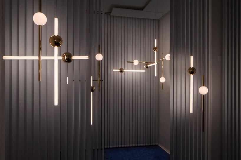 paski światła zawieszone na krzyż na nieregularnej ścianie
