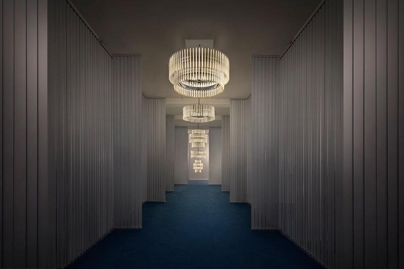 jasny korytarz zżyrandolami ze świetlistych pasków