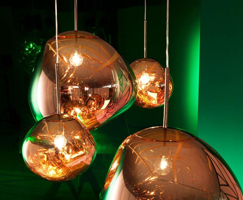 bąble miedzianego koloru wpomieszczeniu zielono oświetlonym