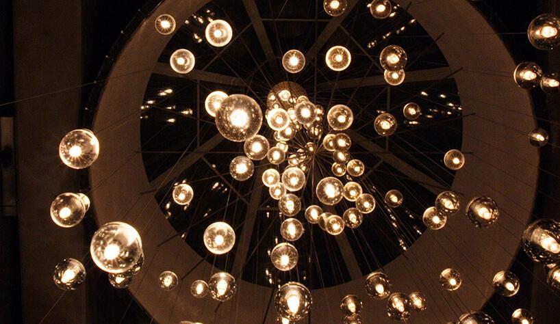 bańki świetle połączone metalową rurką