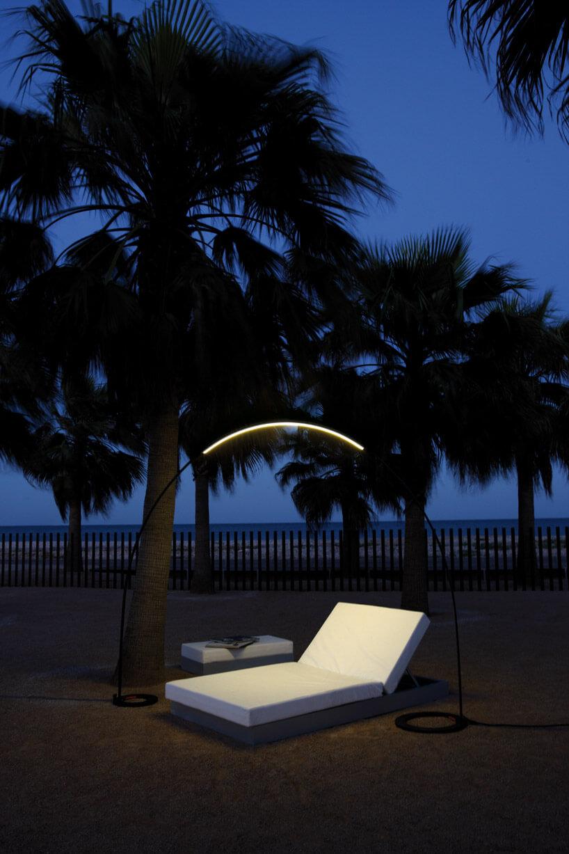 biały leżak oświetlany lampą