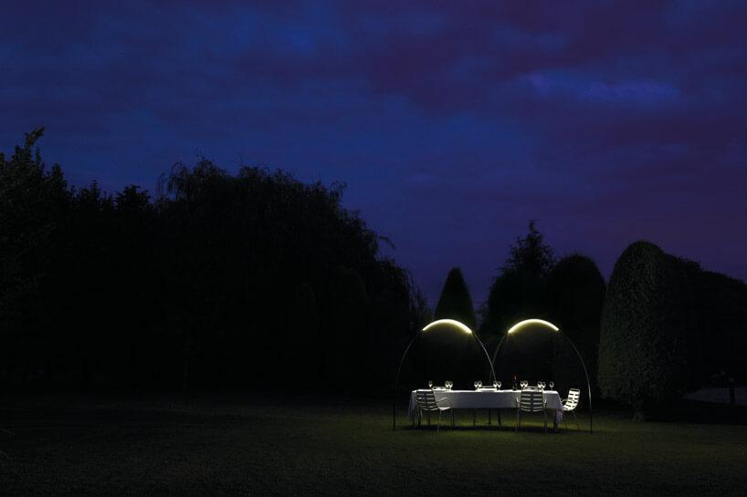 stół wogrodzie oświetlony lampami