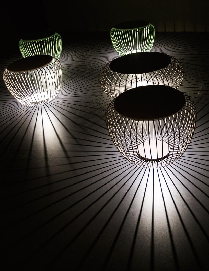kilka metalowych lamp świecących wciemności
