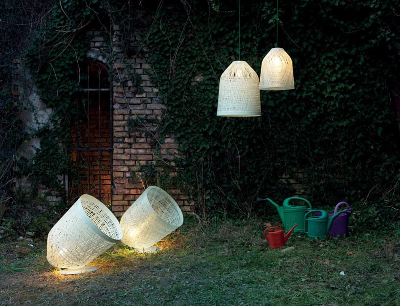 cztery białe lampy wogrodzie