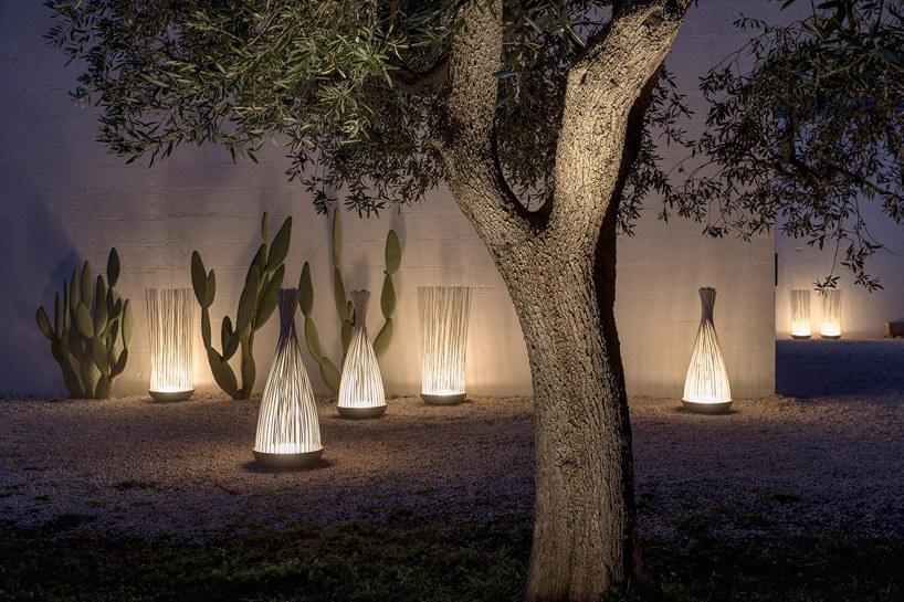 ogród oświetlony nietypowymi lampami zdużym drzewem