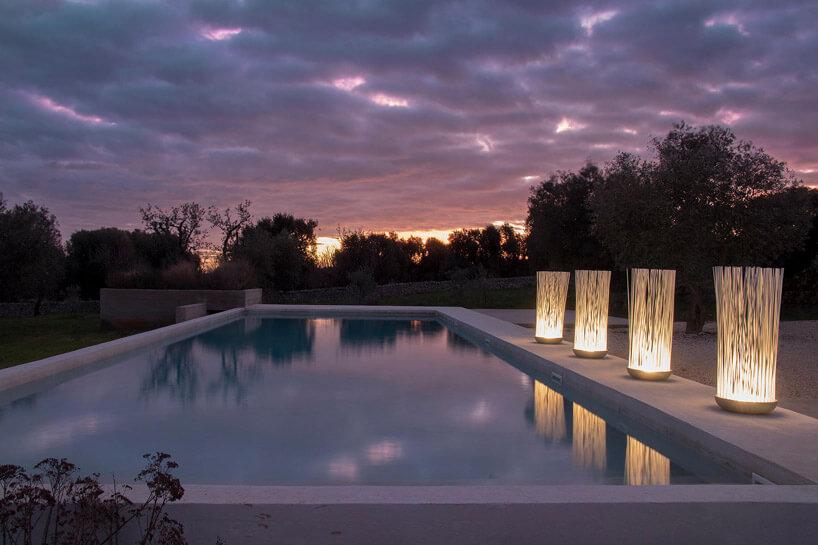 basen wnocy zpięknymi lampami