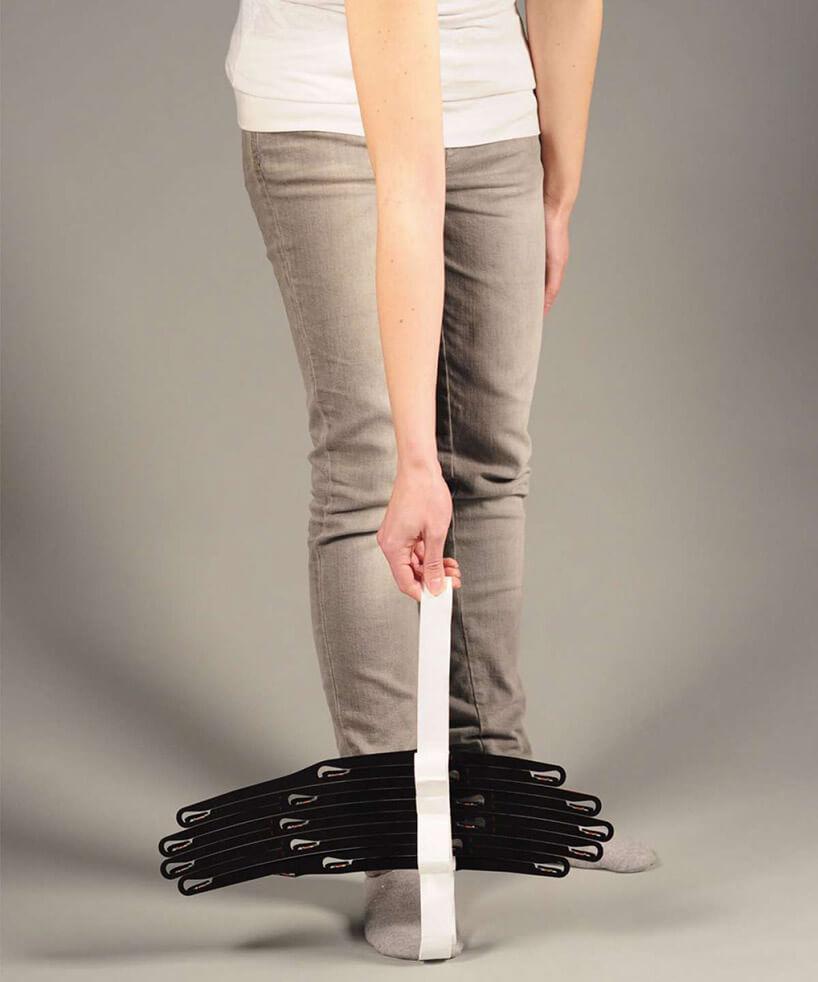kobieta wszarych spodniach trzymająca biały pasek