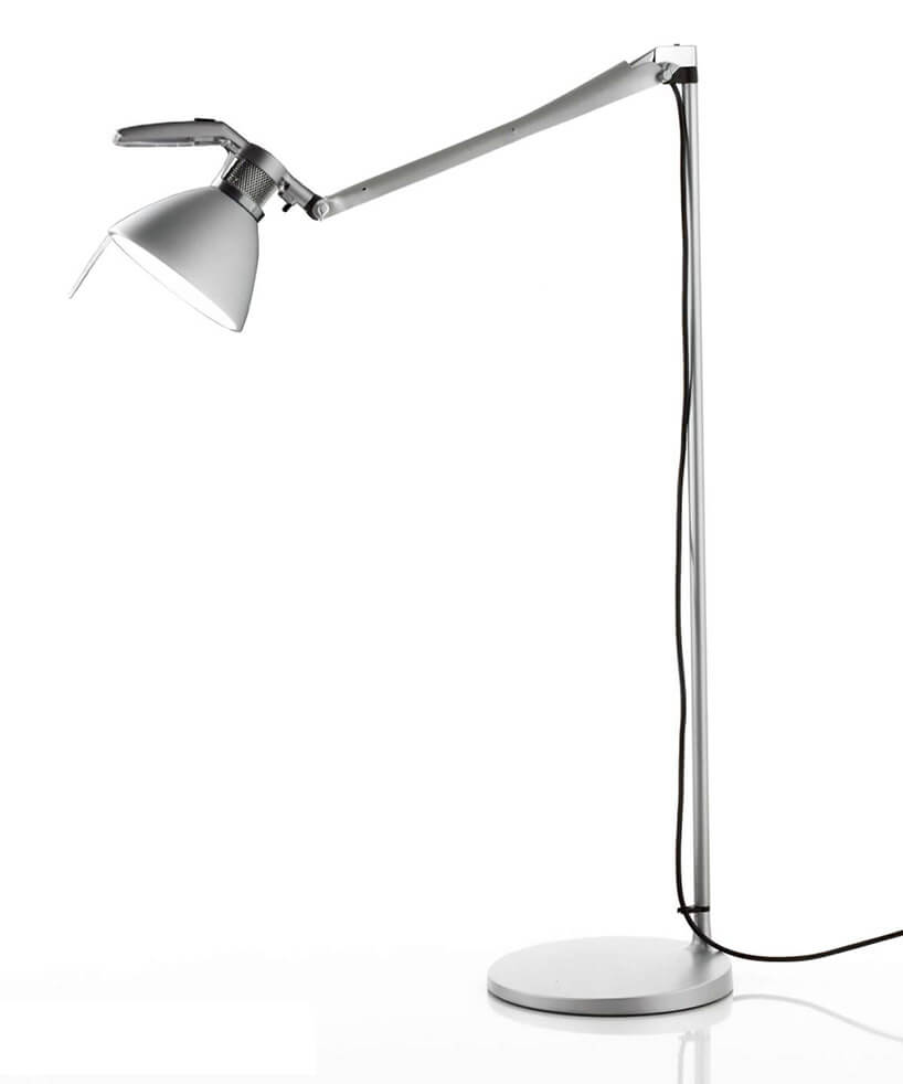 srebrna lampa podłogowa zregulowanym ramieniem na białym tle