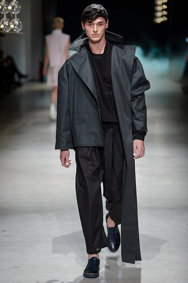 model na wybiegu wczarnym ubraniu