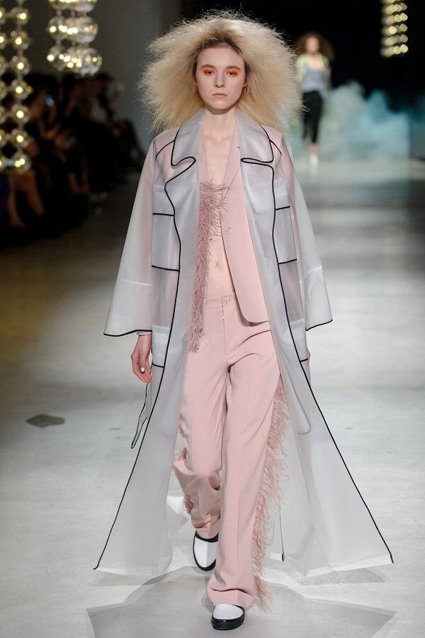 modelka na wybiegu wróżowym ubraniu