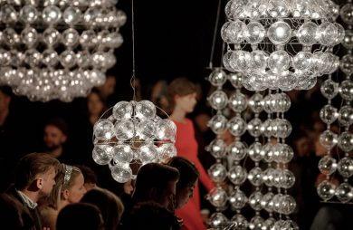 kobieta w czerwonej sukience pośród dmuchany lamp