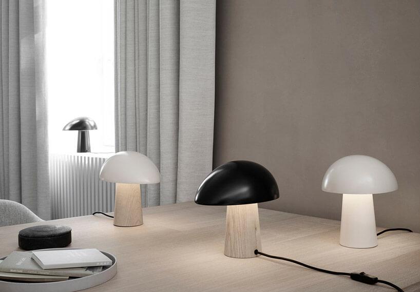 trzy lampki stołowe wkształcie grzybów na biurku