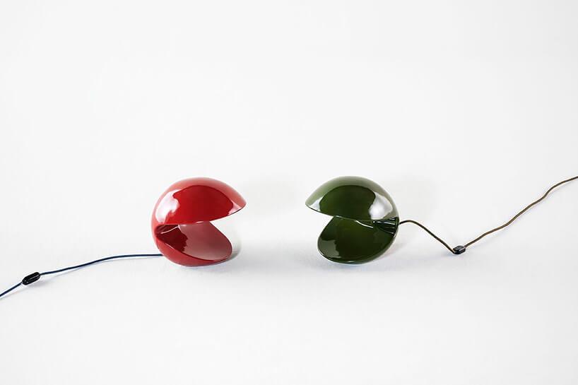 czerwona izielona mała lampa stołowa przypominająca pac-mana