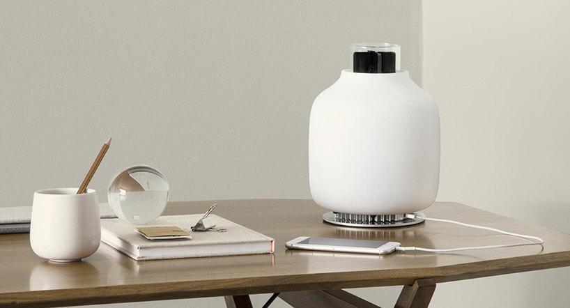 biała lampa stołowa na drewnianym blacie