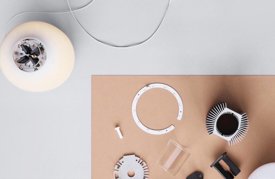 lampa stołowa podczas montażu