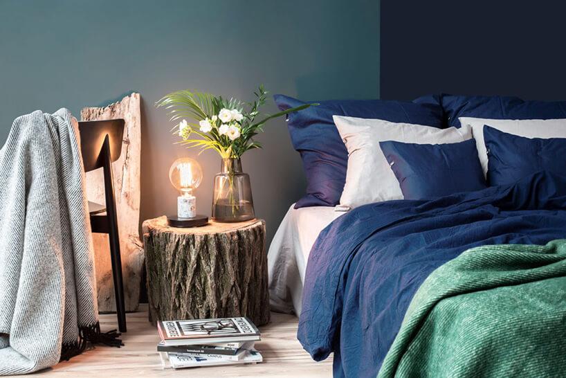 lampa wstylu retro na szafce nocnej