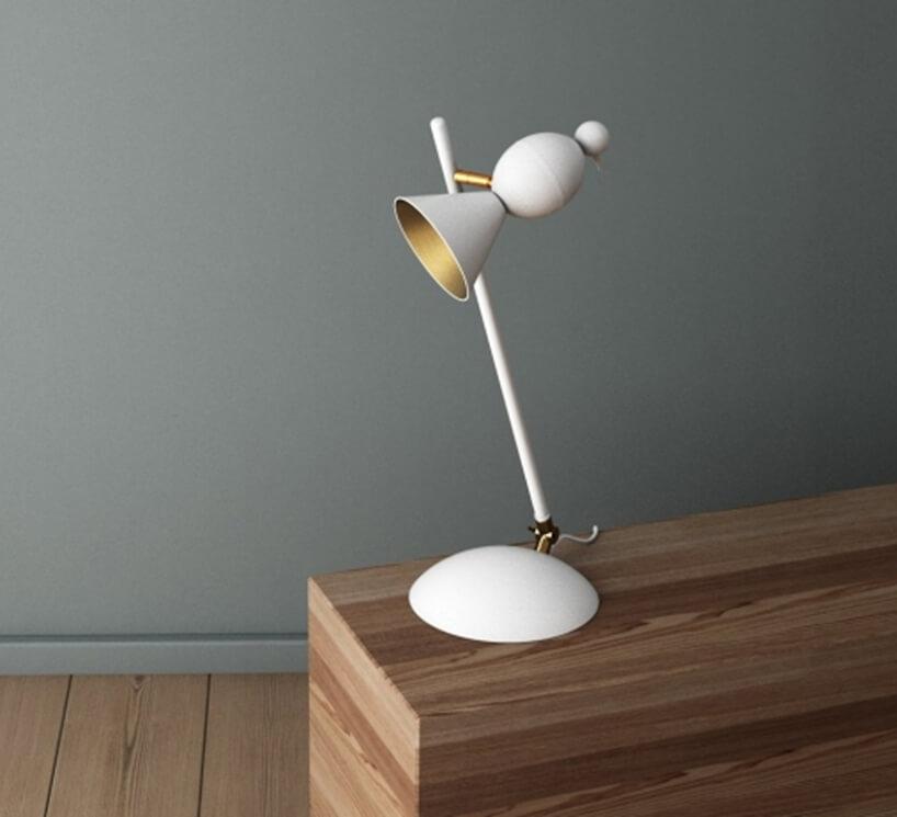 wyjątkowa biała lampka Alouette Desk Slanted od Atelier Areti ze złotym wnętrzem metalowego klosza