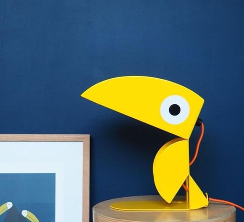 żółta lampa Toucan od Bleu Carmin Design zotwartym szeroko dziobem tukana
