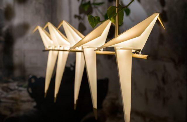 wyjątkowa lampa wisząca Perch Light Branch od Moooi siedzące ptaki na złotym drążku z długimi wiszącymi ogonami