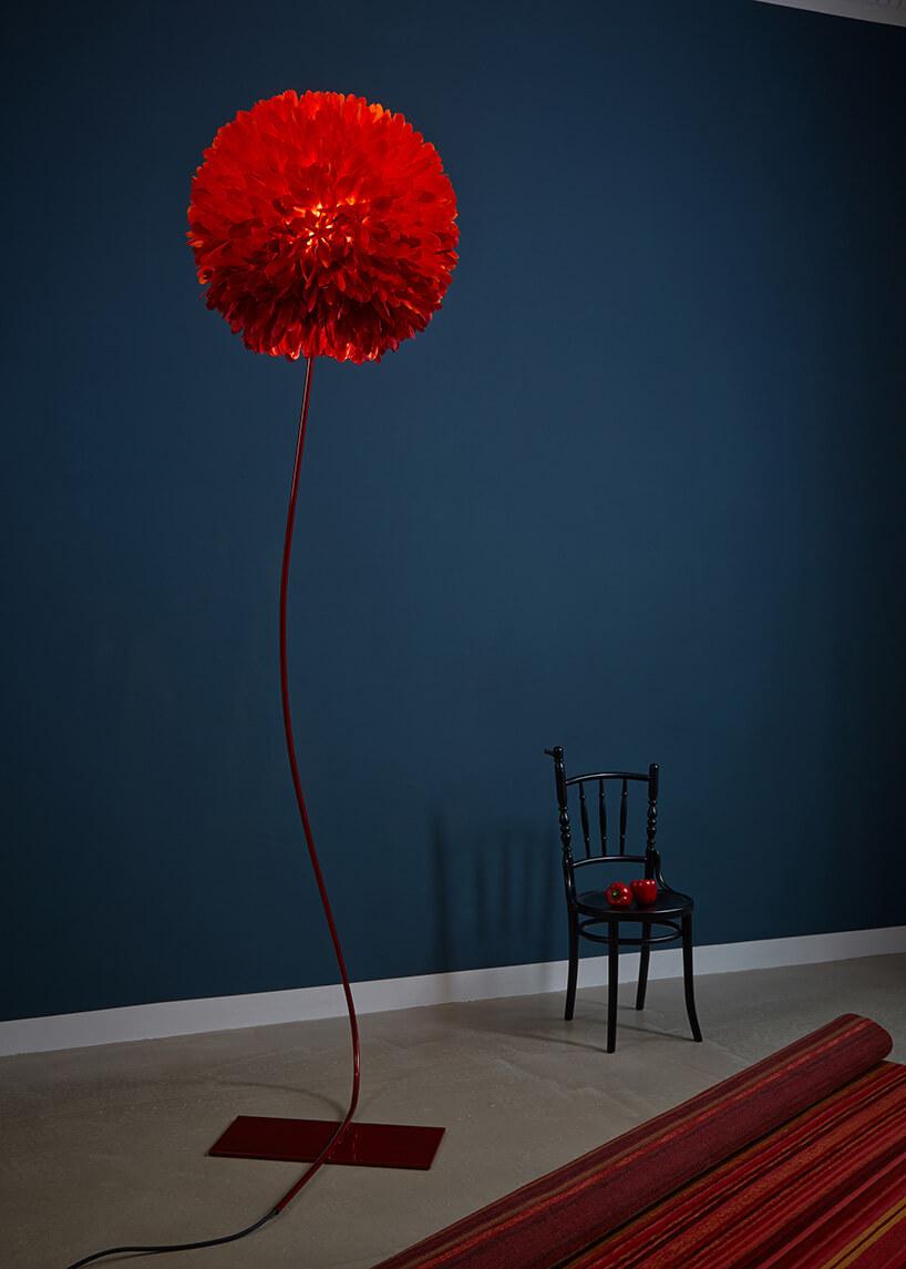 lampa zabażurem zczerwonych piór