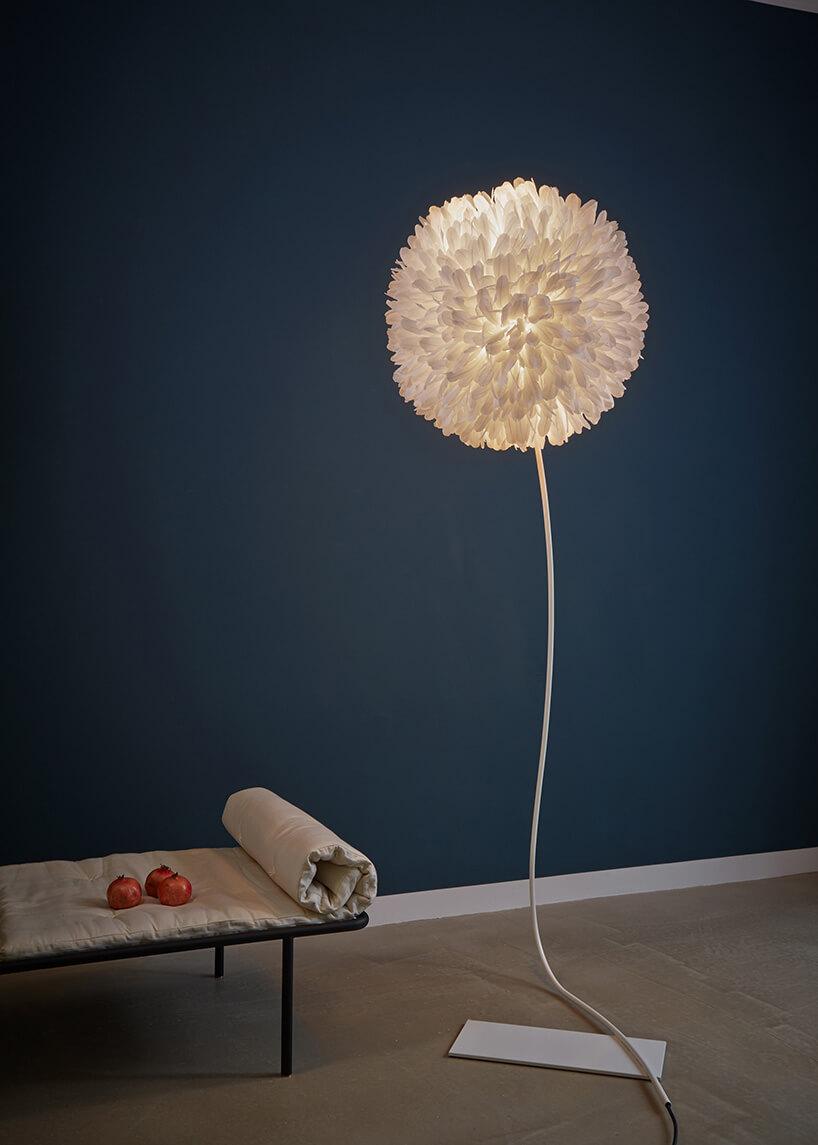 lampa zabażurem zbiałych piór
