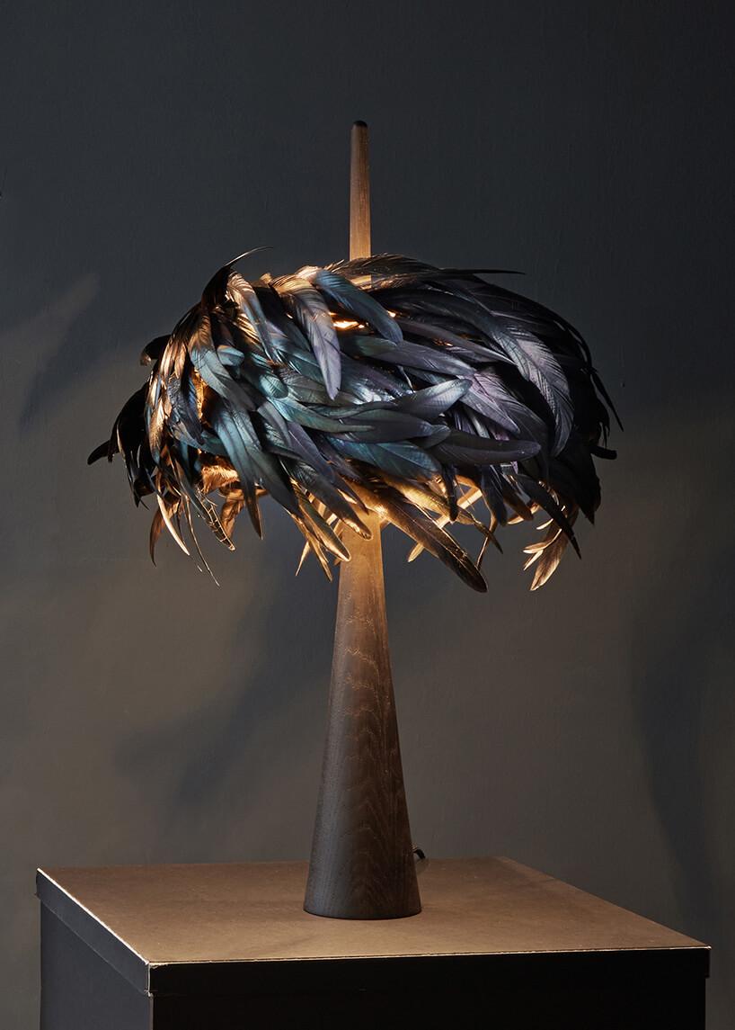 lampa zabażurem zczarnych piór