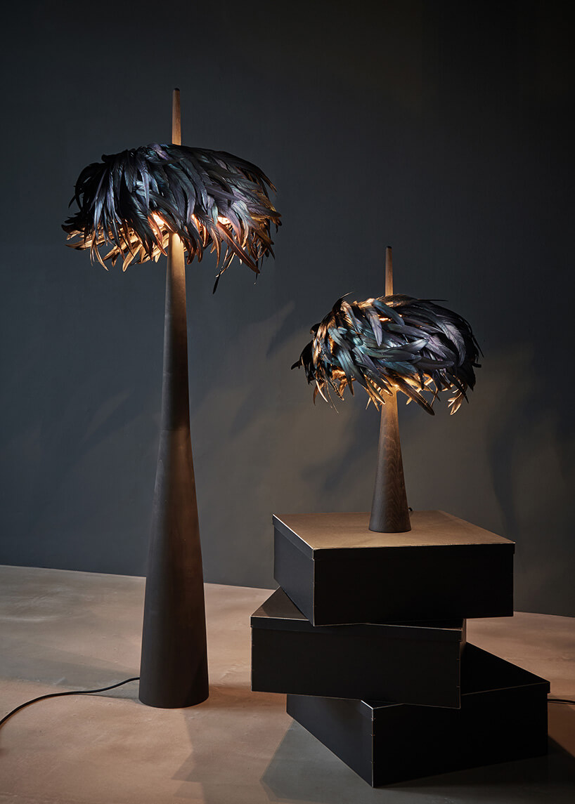 dwie lampy zabażurem zczarnych piór