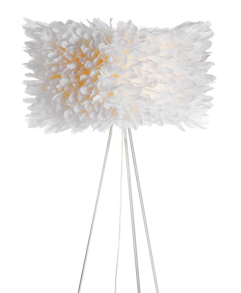 lampa stojąca ozdobiona białymi piórami