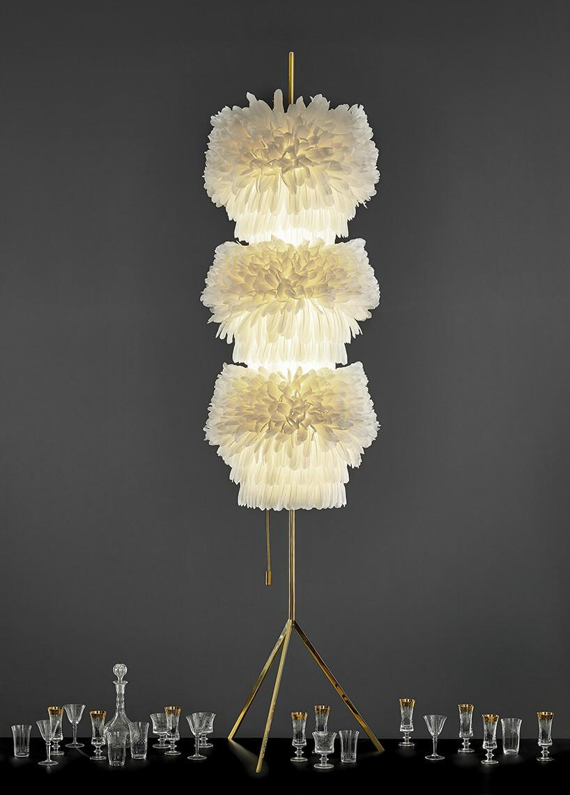 wysoka lampa zbiałych piór