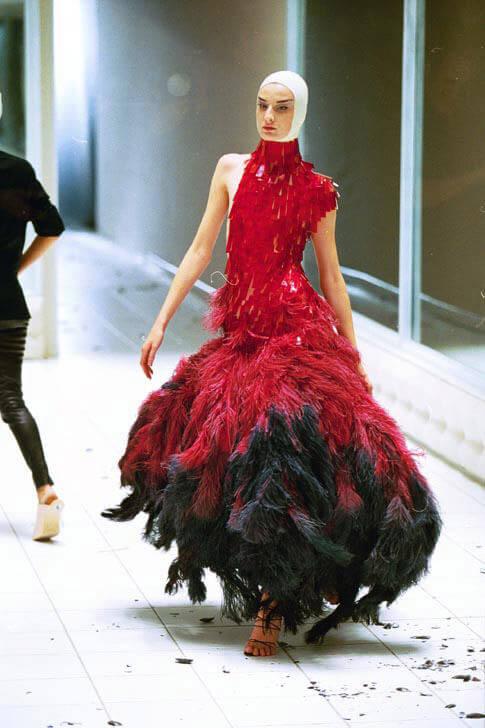 czerwono-czarna suknia zpiór