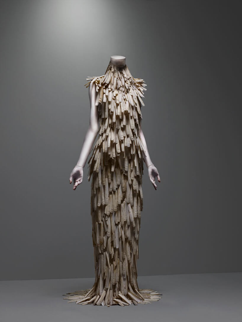 suknia ozdobiona brązowymi piórami