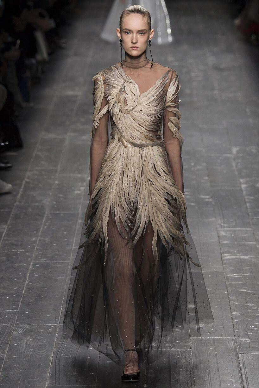 suknia ozdobiona brązowymi piórami podczas pokazu