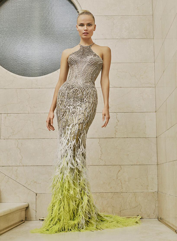 dwukolorowa suknia zpiór na modelce