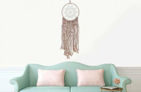 łapacz snów na tyrkusową sofą z różowymi poduszkami