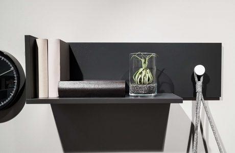 mała roślina w słoiku na czarnej półce wiszącej